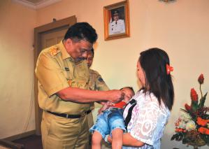 Gubernur Berikan Vaksin Polio